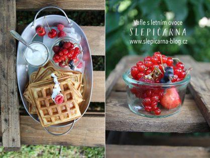 Rychlé snídaňové vafle s letním ovocem