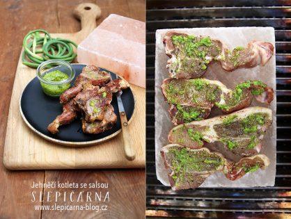 Jak na grilované jehněčí kotletky se salsou na solném kameni BBQ